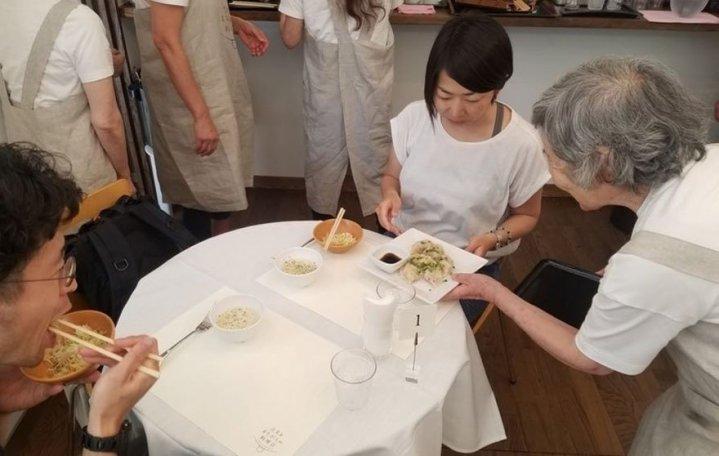 waiters-dementia-restaurant-of-order-mistakes-tokyo-7-1